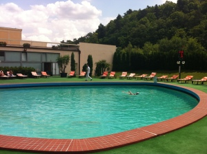 35 degrees and deserted… the outdoor pool at Piešt'any ©englishmaninslovakia.com